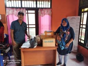 Suasana : Staf Bawaslu Kota Ternate menyerahkan APD kepada salah satu Panwascam