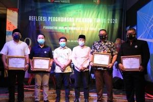 Bawaslu Kota Ternate memberikan piagam penghargaan kepada sejumlah mitra yang dinilai turut menyukseskan Pilkada Kota Ternate tahun 2020